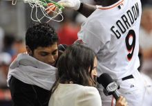 慶祝再見勝利最新招:Dee Gordon的飛身灌籃!