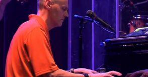 【趣味】Rick Carlisle在Bruce Hornsby的音樂會上表演鋼琴獨奏