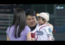 [影片] 模仿野茂英雄龍捲風投法 補教名師呂捷開球夠水準!