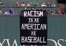 波士頓淪陷?! 球迷舉牌:「棒球和種族歧視都是美國的產物」